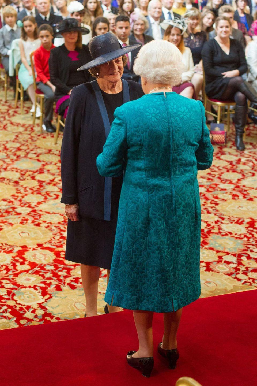 """2014:  Unter ihrem großen blauen Hut erkennt man sie kaum ... Bei der Investitur-Zeremonie in Windsor bekommt Dame Maggie Smith, die in der erfolgreichen TV-Serie """"Downton Abbey"""" die verwitwete Gräfin von Grantham spielt, den Orden """"Companions of Honor"""" von der Queen verliehen.  Der Orden, der mit keinem Titel verbunden ist, gilt als besonders hohe Würdigung. Er hat nur jeweils 47 Mitglieder. Dame Maggie, 79, ist nun eine von ihnen, genauso wie ihre Schauspielerkollegen Dame Judi Dench und """"Herr der Ringe""""-Star Sir Ian McKellen."""