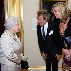 """2016: Frisch von Prinz William zum Ritter geschlagen trifft Sänger Rod Stewart (mit Ehefrau Penny Lancaster) am Abend des 11. Oktobers die Queen. Im Buckingham Palace gibt sie einen Empfang für die """"Royal Academy of Arts""""."""