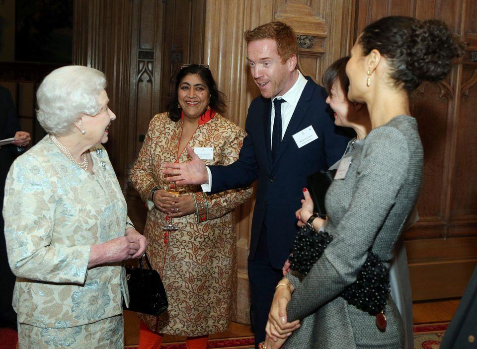 """2013: Auf dem Empfang für die britische Filmindustrie in Windsor Castle bringt """"Homeland""""-Star Damian Lewis die Queen und seine Kollegin Thandie Newton zum Lachen."""