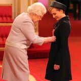 """2015:Die Schauspielerin Kristin Scott Thomas wird von der Queen zur """"Dame Commander"""" geadelt."""
