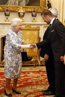 """Queen Elizabeth: 2016: Am 23. Juni wird der """"The Queen's Young Leaders Award"""" im Buckingham Palast verliehen. Als Queen Elizabeth auf Ex-Fußballer David Beckham trifft, kann nicht mal sie sich ein breites Grinsen verkneifen. Tja, Becks ist eben ein echter Charmeur."""