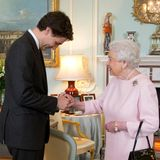 "Der kanadische Premierminister Justin Trudeau packt seinen Schulbuben-Charme auch bei einer Privataudienz bei Queen Elizabeth am 25. November 2015 in den Räumen des ""Buckingham Palace"" aus. Die Queen war sicher ""delighted""."