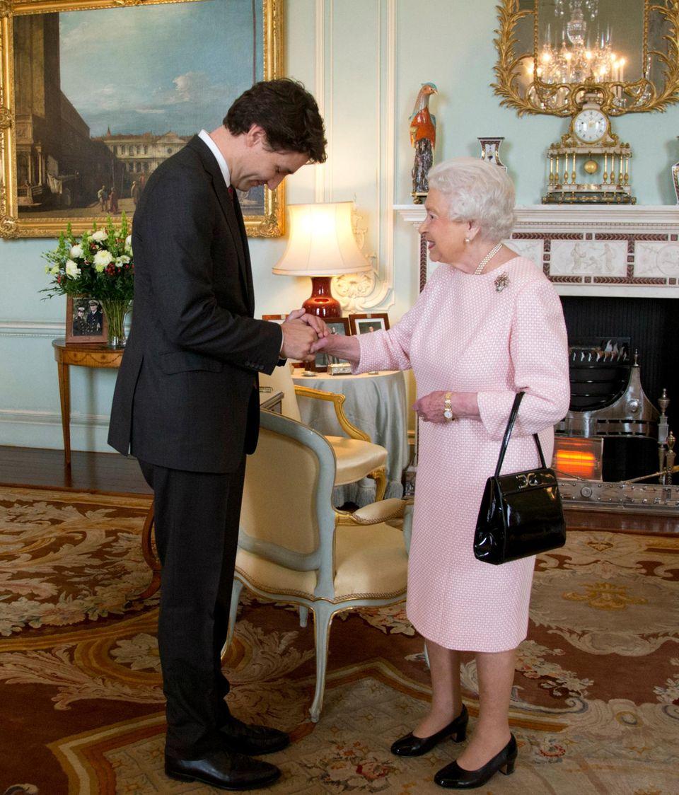 """Der kanadische Premierminister Justin Trudeau packt seinen Schulbuben-Charme auch bei einer Privataudienz bei Queen Elizabeth am 25. November 2015 in den Räumen des """"Buckingham Palace"""" aus. Die Queen war sicher """"delighted""""."""