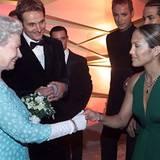 2001: Königin Elisabeth II. und Jennifer Lopez