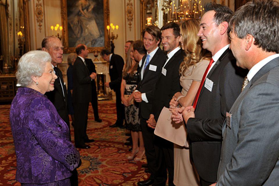 2011: Königin Elisabeth II. und Hugh Jackman, Elle MacPherson