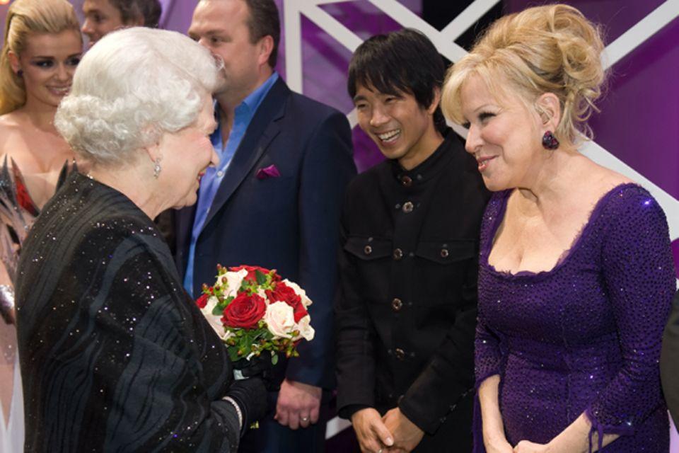 2009: Königin Elisabeth II. und Bette Midler