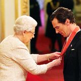 "Queen Elizabeth steckt Benedict Cumberbatch den Orden ""Commander of The British Empire"" an."