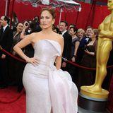 2010: Jennifer Lopez in Armani  Manchmal reicht ein winziges Detail, um eigentlich ein wunderschönes Kleid zu ruinieren: Jennifer Lopez hätte auf das lächerlich wirkende, zusätzliche Hüftpolster verzichten sollen. Später scheint sie es dann auch tatsächlich entfernt zu haben.