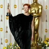 """2008: Tilda Swinton in Lanvin  Tilda Swinton trägt das Model """"halber Batman"""". Auch wenn ihr Styling stets ungewöhnlich ist, dieses asymmetrische Satin-Kleid hätte für ihre triumphale Oscar-Nacht nicht sein müssen."""