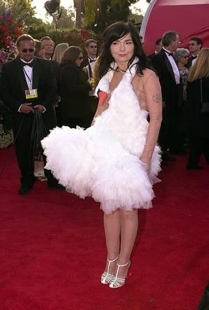 2001: Björk in Marjan Pejoski: Der Schwanen-Dress ist augenblicklich zum Klassiker unter den schlimmsten Oscar-Kleidern aller Ze