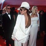 """1999: Celine Dion in Christian Dior  Kennen Sie die Szene aus """"Der Tod steht ihr gut"""", in der Meryl Streep sich den Hals um 180 Grad verdreht? Celine Dion hat diesen Film wohl kurz vorher gesehen und sich kurzum für diesen weißen Seidenanzug entschieden."""