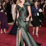 2006: Charlize Theron in John Galliano für Christian Dior  Vom Designer John Galliano ist man ja ungewöhnliche Kleider gewohnt gewesen, dieses Satin-Kleid wirkt mit übergroßer Geschenk-Schleife aber eher wie die Karikatur einer Oscar-Robe, vom Waldgrün als sehr unglamouröseFarbe mal ganz abgesehen.