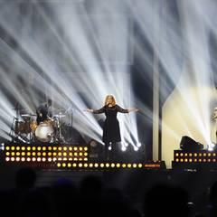 Adele steht auch auf der Bühne und überzeugt das Publikum mit ihrem Live-Gesang.