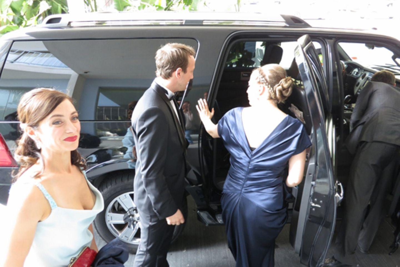 Dann gehts los: Unsere Limousine ist da. Eben habe ich meine Kollegin Julia Richter (l.) noch in der Maske besucht - drei Stunde