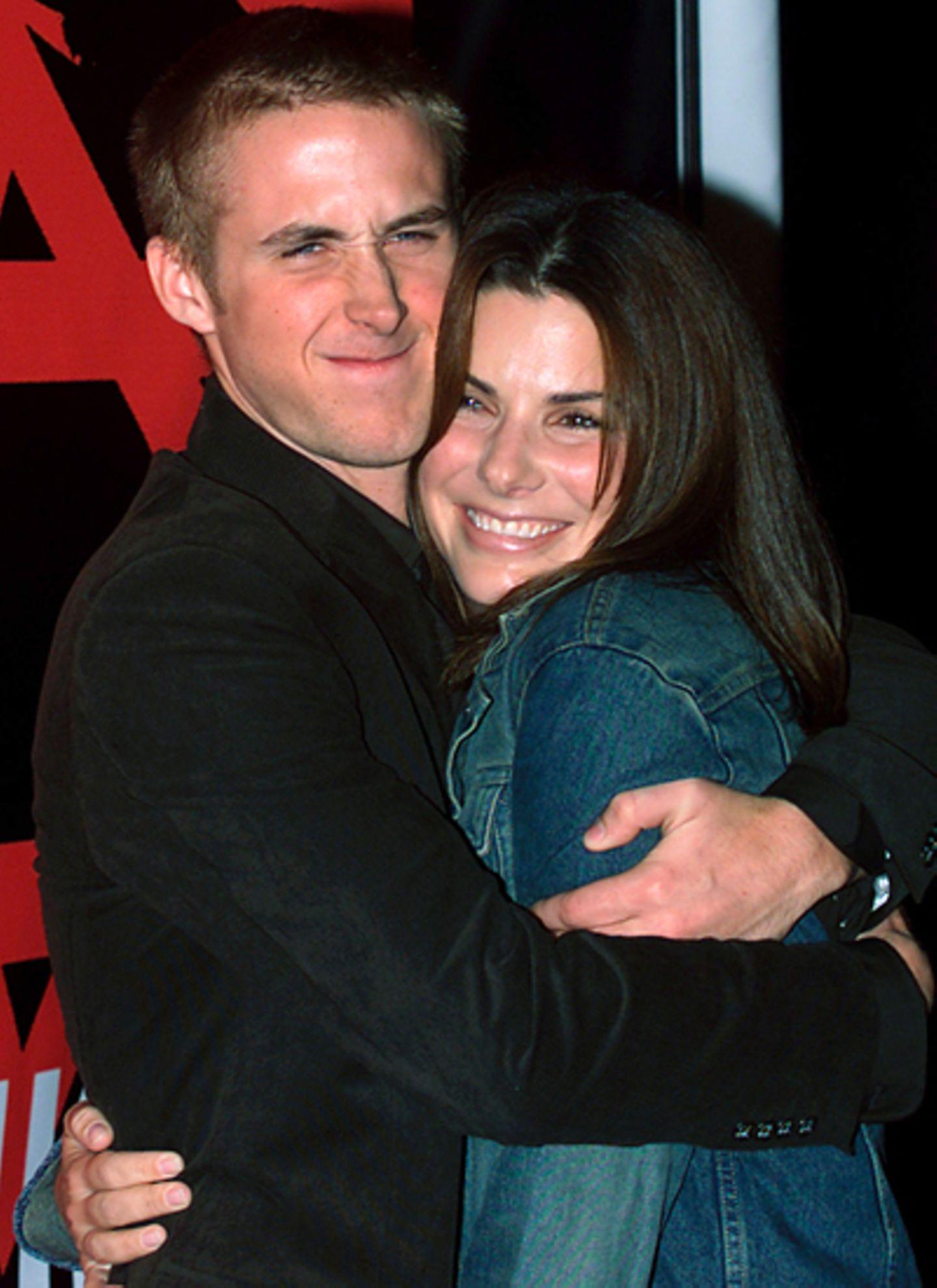 Sandra Bullock und Ryan Gosling: Gosling hat stets einen Hang zu ältere Frauen. 2001 verliebt sich der aufstrebende Schauspieler