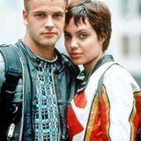 """Angelina Jolie und Jonny Lee Miller: Nach etwa 2 Jahren Beziehung heiraten Angelina und der britische Schuspieler Jonny Lee Miller 1996. Sie sind sich am Set des Films """"Hackers - Im Netz des FBI"""" zum ersten Mal begegnet. Die Ehe wird drei Jahre später wieder geschieden, doch Jolie und Miller sind bis heute gute Freunde."""