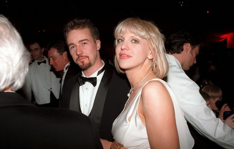 """Courtney Love und Edward Norton  Zu seiner ersten Oscar-Nominierung kommt Edward Norton mit Freundin Courtney Love. Die Sängerin lernte er bei den Dreharbeiten zu """"The People Vs. Larry Flint"""" kennen. Das Paar war etwa zwei Jahre zusammen, dann verließ sie ihn, weil sie lieber auf ein Oasis-Konzert gehen wollte, als mit ihm zum Wandern."""