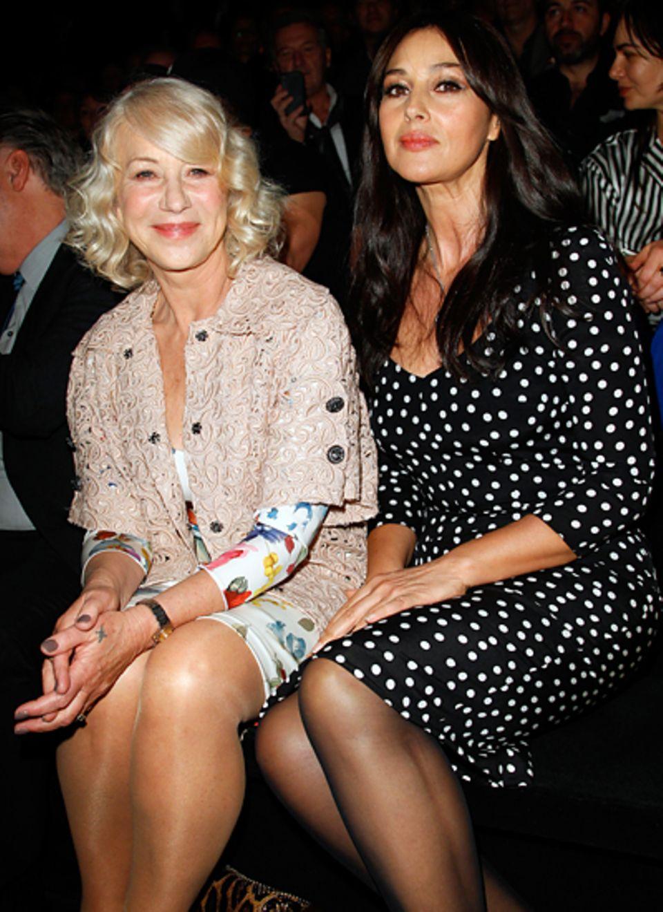 Mailand Fashion Week: Helen Mirren und Monica Bellucci sehen sich gemeinsam die Show von Dolce & Gabbana an.