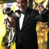 Und der kleine Jack-Russell-Terrier Uggie freut sich auch.... auf das Leckerli, das er gleich bekommt.