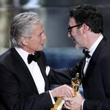 """""""The Artist""""-Regisseur Michel Hazanavicius wird von der Academy als """"Bester Regisseur"""" ausgezeichnet. Michael Douglas gratuliert"""