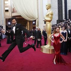 """Wer macht die bessere Figur? Bret McKenzie, nominiert für den """"Muppets""""-Titelsong, oder Schauspielerin Jane Seymour?"""