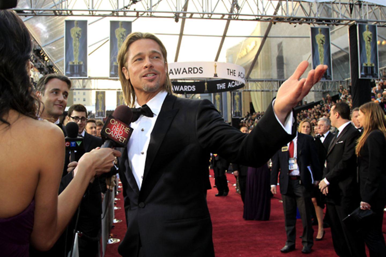 """Auf wen Brad Pitt, nominiert in der Kategorie """"Bester Hauptdarsteller"""", da wohl zeigt...?!"""