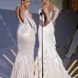 """Rückseitenvergleich bei Jennifer Lopez und Cameron Diaz. Die beiden präsentieren den Oscar für das """"Beste Make-up"""" und """"Beste Ko"""