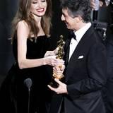 """Angelina Jolie überreicht """"The Descendants""""-Autor Alexander Payne den Award für das """"Beste adaptierte Drehbuch""""."""