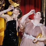 Runter damit! Die Präsentatoren Rose Byrne und Melissa McCarthy heben einen, wenn sie den Namen Scorsese hören