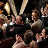 """Und noch ein Oscar für """"The Artist"""": Ludovic Bource bekommt den Oscar für die """"Beste Filmmusik"""". Jean Dujardin und der Rest der"""