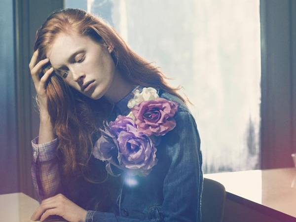 Jeansjacke mit schrägen Eingrifftaschen, von Marc O'Polo. Kariertes Hemdblusenkleid mit kleinem Kragen, von Jil Sander. Ansteckb