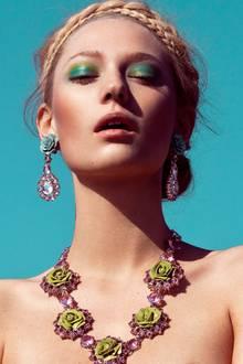 Rosenkette und Ohrringe aus geschliffenen Glassteinen und Harzblüten, von Prada