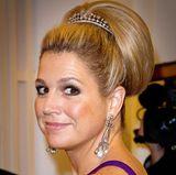 Frisuren: Eine Tiara lässt sich jedoch auch ganz wunderbar zu einer Hochsteckfrisur kombinieren. Besonders prachtvoll wirkt dieser Dutt an Königin Máxima.