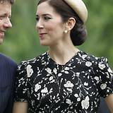 Ihr dichtes, braunes Haar hat Dänemarks Kronprinzessin zu einem sehr voluminösen, tiefsitzenden Chignon verarbeitet. Die nostalg