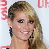 Der Side-Cut-Look verlangt nicht immer den Griff zur Schere: Heidi Klum flechtet die rechte Haarpartie in enganliegende Zöpfe nach hinten und lässt das restliche Haar in leichten Wellen über die linke Schulter fallen.
