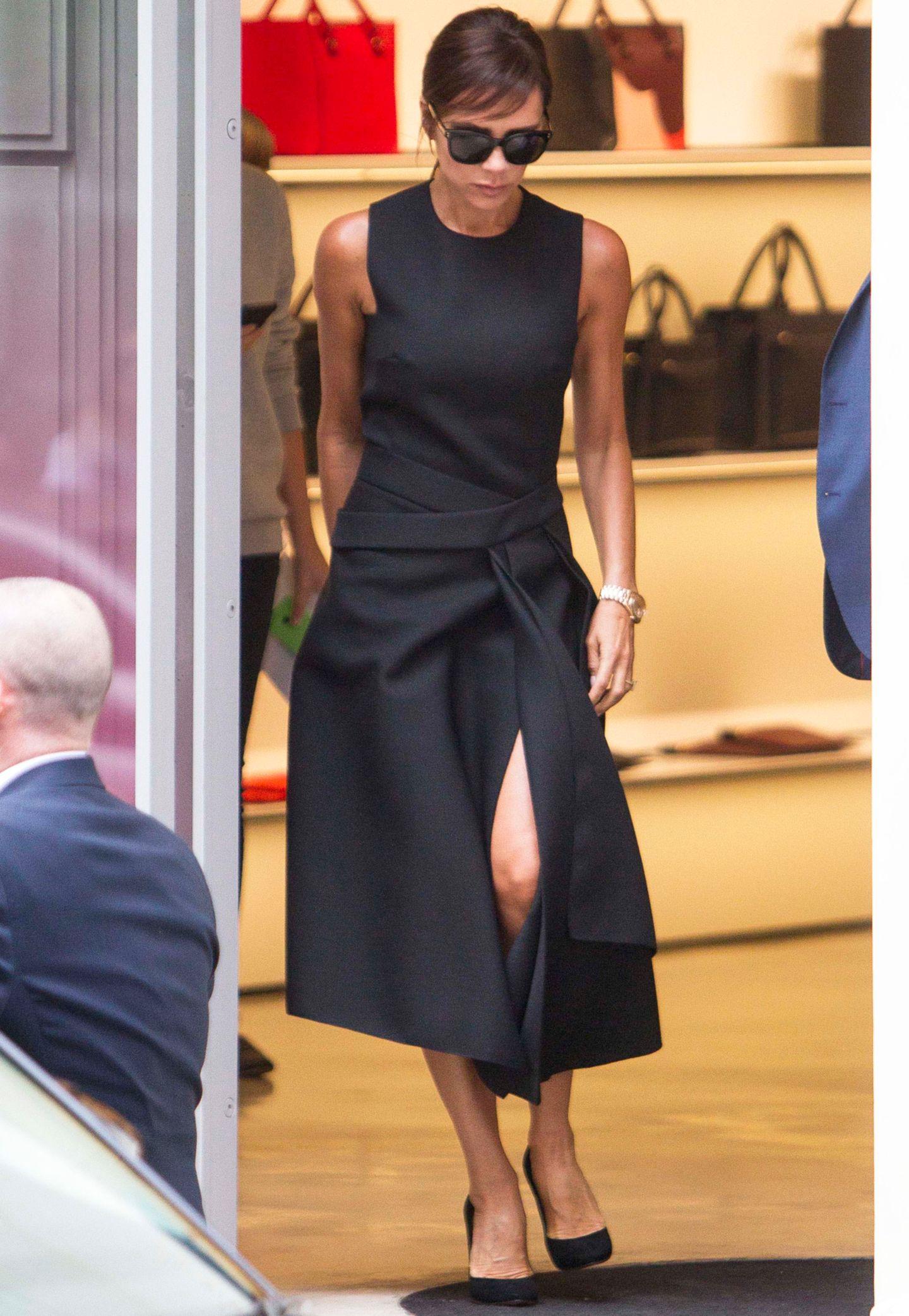 Posh mit Pony? Mit ihren seitlich über die Stirn frisierten Haaren erinnert Victoria Beckham, hier in einem schwarzen Kleid aus ihrer eigenen Herbst/Winter 2015 Kollektion, optisch an Stil-Ikone Audrey Hepburn.