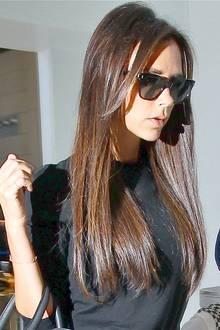 Als echte Mode-Expertin versucht Victoria Beckham ihre Frisuren ständig zu verändern. Auch der Sleek-Look steht der brünetten Schönheit, denn ihre super glatten Haare glänzen was das Zeug hält.