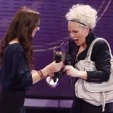 """Ina Müller freut sich riesig über ihren Echo als """"Beste Künstlerin National Rock/Pop"""". Sefanie Heinzmann überreicht der Moderato"""