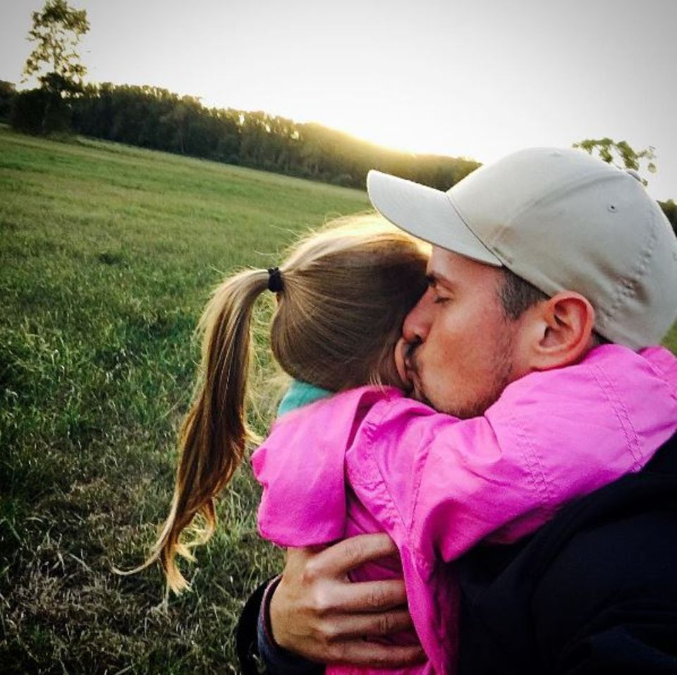 Ein dicker Kuss von Papa und die Welt ist in Ordnung. Tochter Amelia ist Rocco Starks ganzer Stolz.