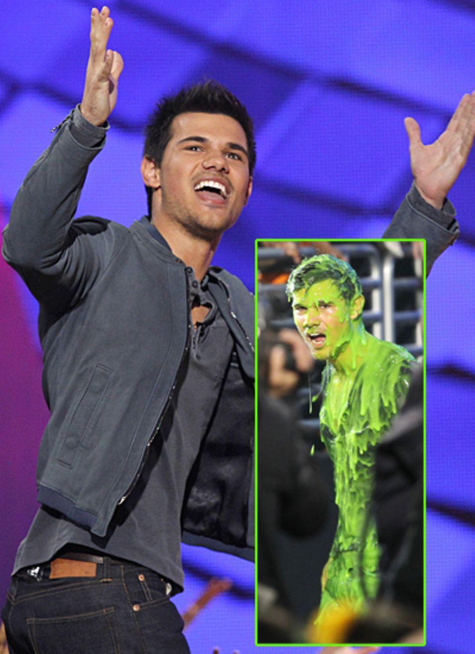 """Taylor Lautner darf den Preis für den """"Lieblings-Verklopper (Buttkicker)"""" für """"Twilight"""" mit nach Hause nehmen - das geht jedoch"""