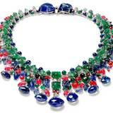 Aus Indien stammen ebenfalls die Edelsteine, die Cartier zum üppigen   Stil aus mehreren Edelsteinen inspirierte. Die leuchtenden