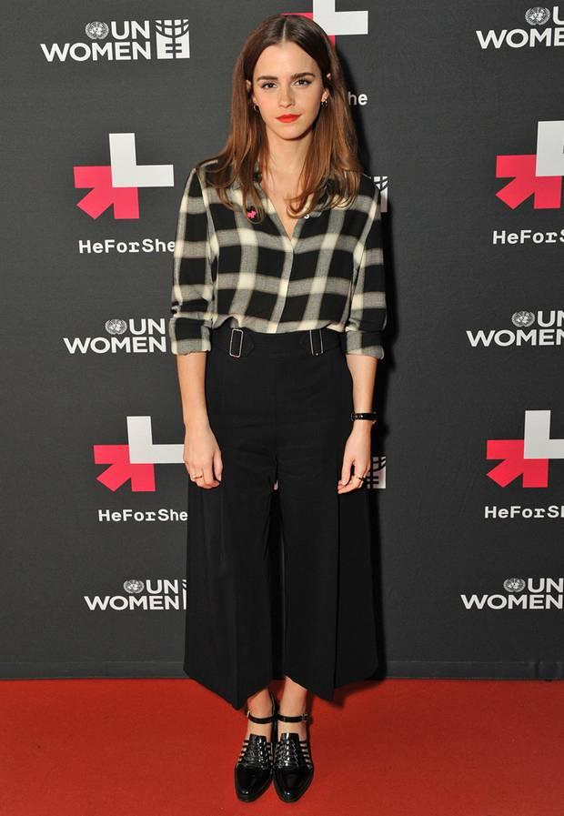 Am Internationalen Frauentag gibt sich Emma Watson im Karo-Outfit von A.L.C. betont lässig.