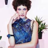 Kobaltblaues Top mit bronzefarbenem Blumendruck, Fransentasche und Armreif mit                                                 Schmucksteinen, alles von Giorgio Armani