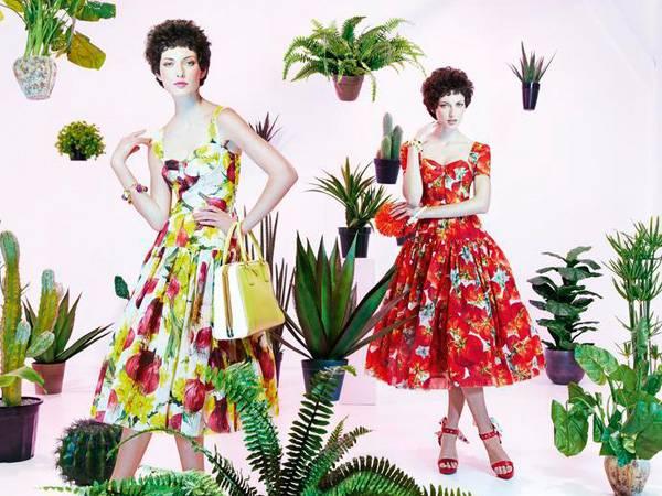 Beide Kleider haben ein eingearbeitetes Bustier und einen tief angesetzten Tellerrock, von Dolce & Gabbana. Armbänder ebenfalls