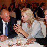 Beim erstklassigen Dinner werden wichtige Gespräche geführt: GALA-Chefredakteur Peter Lewandowski mit Sabine Christiansen und No