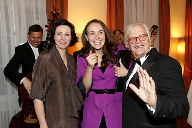 Ildikó von Kürthy, Ksenia Dubrovskaya und Prof. Justus Frantz lassen sich von der guten Laune der Band anstecken.