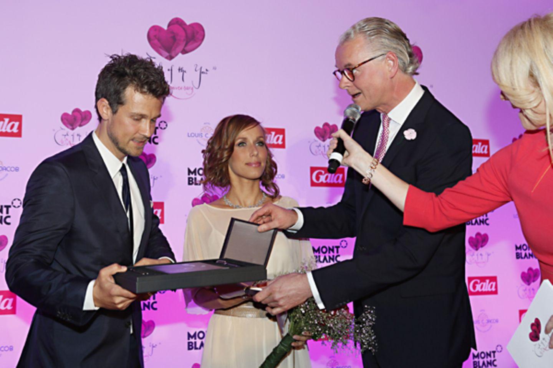 """Hotel-Direktor Jost Deitmar verleiht unserem """"TV Couple"""" Wayne Carpendale und Annemarie Warnkross ihren Preis."""