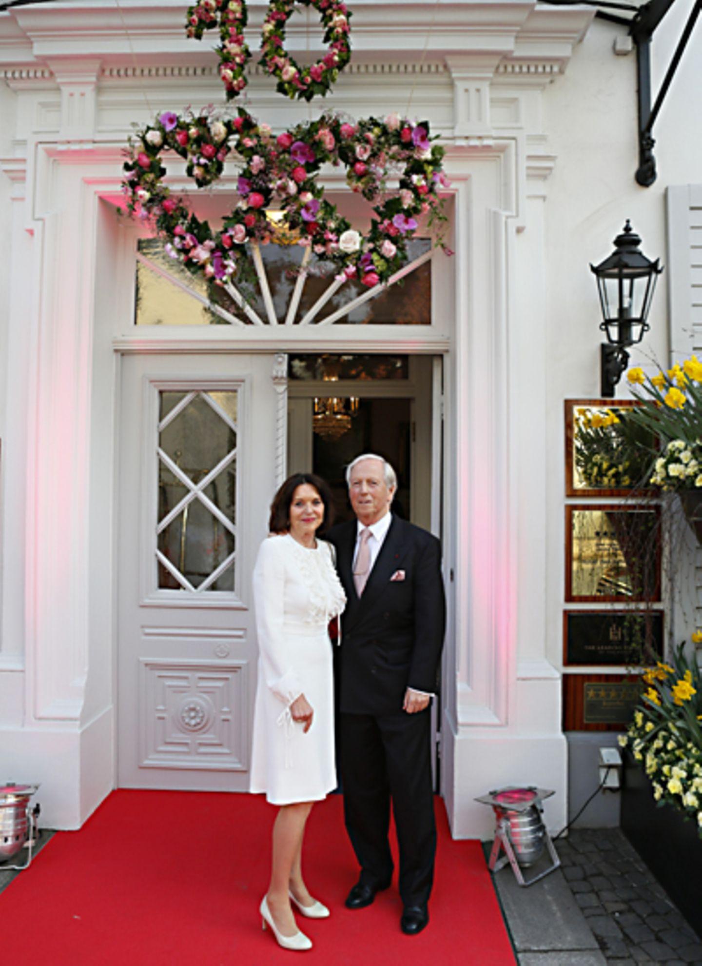 Im traumhaften Eingangsbereich Hotel Louis C. Jacob werden die Gäste, hier Ehrensenator Horst Rahe und seine Frau Wera, mit eine