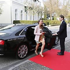 Ohne ihren Mann, aber mit dem Audi-VIP-Shuttle wird Melanie Trochowski direkt vor das Hotel Louis C. Jacob gefahren.