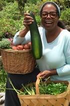 Oprah Winfrey freut sich über die reiche Ernte und präsentiert stolz die rund 40 Zentimeter grosse Zucchini aus eigenem Anbau. Aus den Kartoffeln will sieTrüffel-Pommes machen.